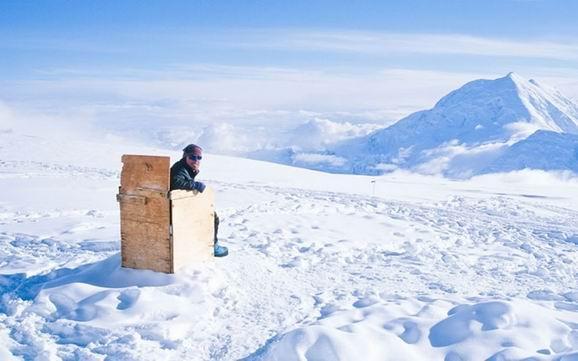 被白雪包覆的阿拉斯加公廁